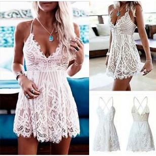 Vestido de Crochê Branco Curto Rodado Decotado Ref 7929